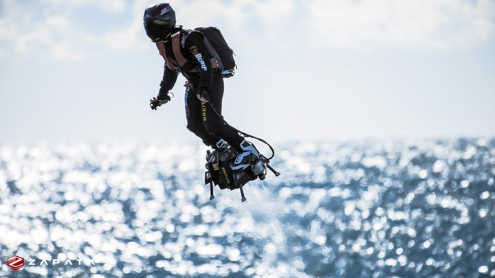 Franky Zapata succeeds in flyboarding across the Channel